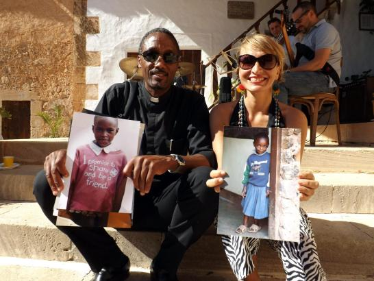 "Priester Arbogast Lekule und die Initiatorin der Woche ""Toca Africa"", Claudia Nagyivan"