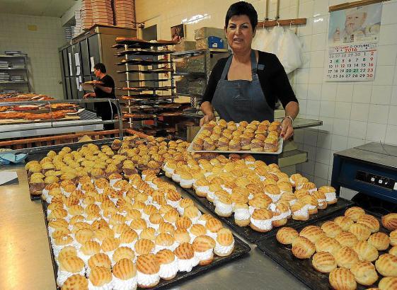 Viele Bäckereien der Inselhauptstadt bieten auch mit Sahne oder Trüffelcreme gefüllte Buñuelos.