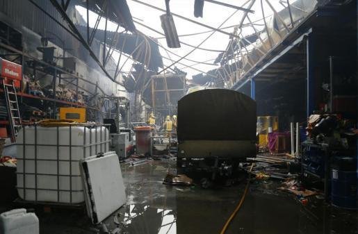 Der Morgen danach: Das Innere der Halle im Industriegebiet von Palma de Mallorca ist fast gänzlich zerstört.