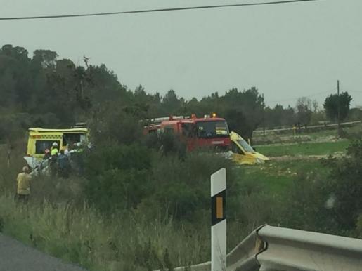 Die Rettungskräfte helfen den Verletzten an der Landstraße Manacor-Felanitx im Osten von Mallorca.