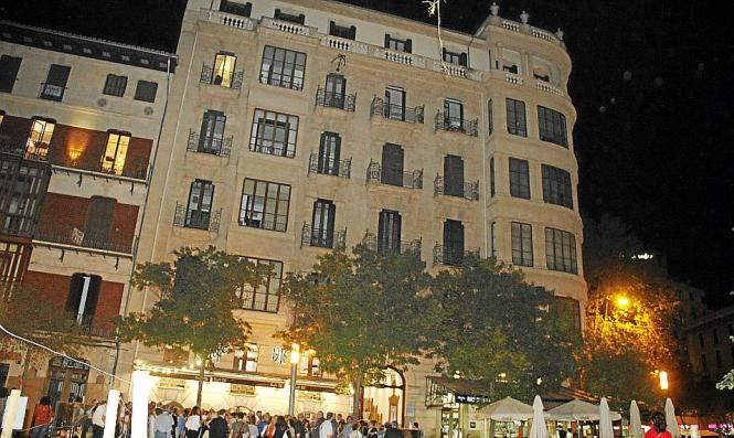 Das Bauwerk des berühmten Architekten Gaspar Benazar an der Plaça España.