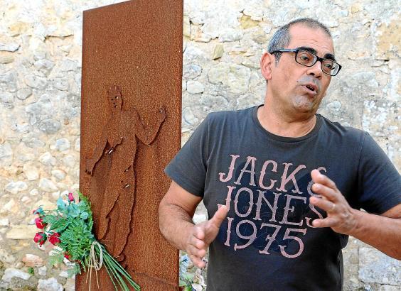 Tomeu Garí stammt aus Porreres und hat die Geschichte seines Dorfes erforscht. An der Wand hinter ihm wurde hingerichtet.
