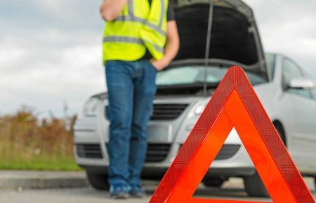 Bei einem Unfall oder einer Panne auf Mallorca muss man zwei Warndreiecke und eine Warnweste dabei haben