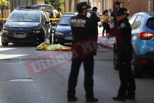 Die Polizei deckte den Leichnam der Chinesin mit einer Folie ab.
