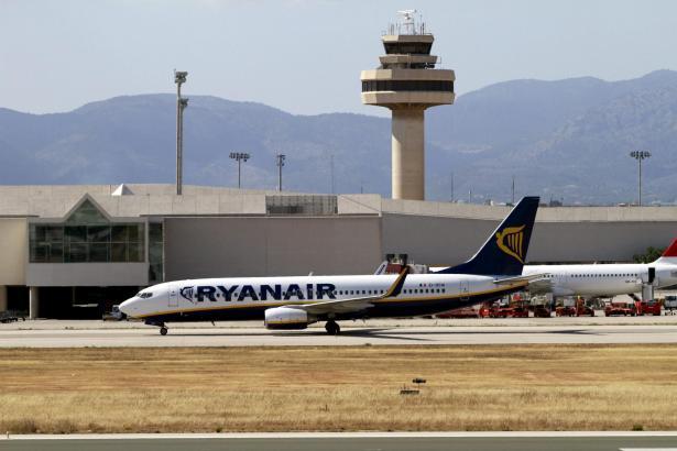 Ein Flieger von Ryanair am Flughafen von Palma de Mallorca.