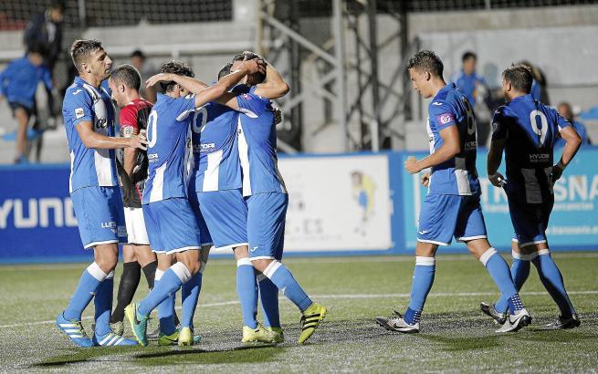 Grund zum Jubeln: Hier feiern die Atletico-Baleares-Kicker Xiscos Treffer zum 1:0 gegen L'Hospitalet.