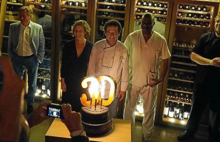 Natürlich gehörte zur 30-Jahre-Fiesta auch die passende Torte: Gerhard Schwaiger wird von Mitarbeitern und Gästen gefeiert. Link