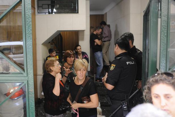 Anwohner sicherten zusammen mit der Polizei den Hauseingang ab.