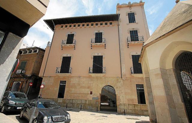 Die Frontseite des Kulturzentrums in Palmas Altstadtgasse Carrer Concepció 12.