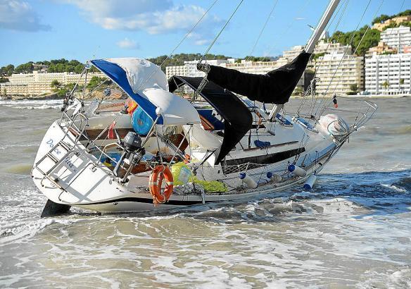 Die gestrandete Segelyacht sorgte für reichlich Aufsehen in Santa Ponça