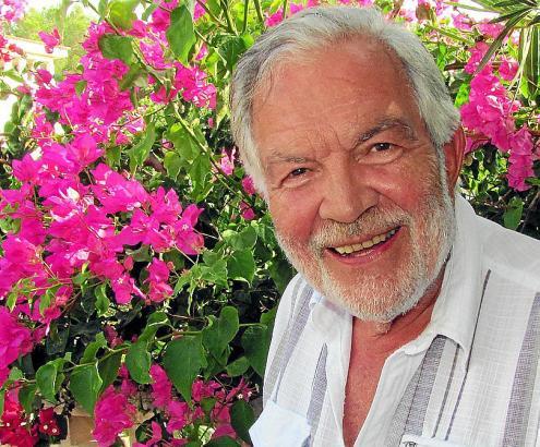 Hat seit vielen Jahren einen Wohnsitz auf Mallorca: Schauspieler Claus Wilcke im Garten seines Hauses in Son Serra de Marina.
