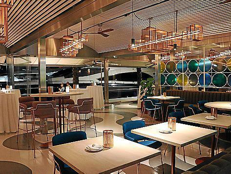 Im Restaurantbereich dominieren frische Farben und Bronzetöne.