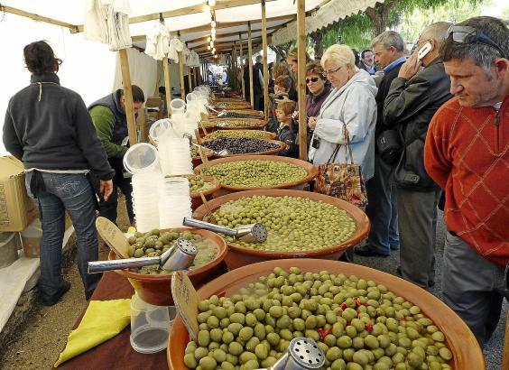 Oliven in allen möglichen Varianten gibt es auf dem Herbstmarkt in dem Tramuntanadorf auf Mallorca.
