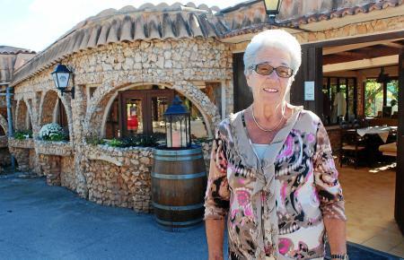 Rosi Peter freut sich, dass der Restaurantbetrieb auf der Finca Peter in Cales de Mallorca Monate nach dem Brand wieder aufgenom