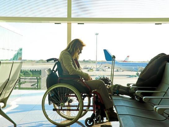 Auch für den Heimflug mit Beinschiene und im Rollstuhl müssen besondere Vorbereitungen getroffen werden
