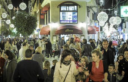 """Volle Einkaufsstraßen und Lichterglanz: Im vergangenen Jahr fielen der """"Black Friday"""" und das Einschalten der Weihnachtsbeleucht"""