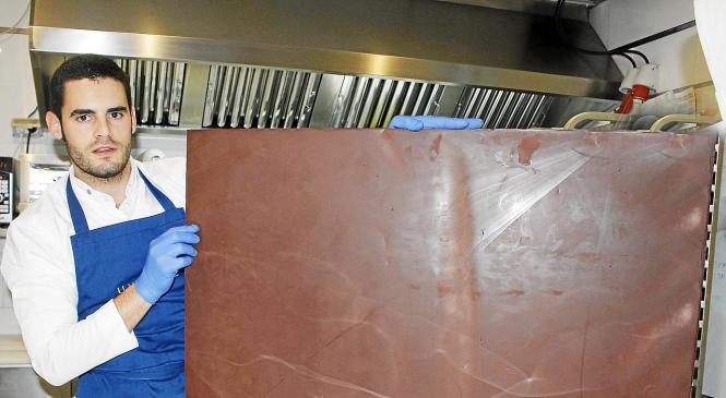 Für das 20 Quadratmeter große Werk muss Lluís 18 riesige Schokotafeln anfertigen.