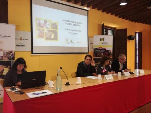 Der sozialistische Arbeitsminister Iago Negueruela (Bildmitte) gab am Mittwoch die jüngsten Konjunkturprognosen bekannt.