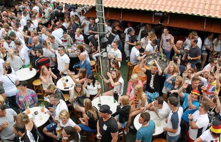 Bei großen Fußball-Events wie in diesem Sommer füllen sich die Biergärten in Cala Rajada bereits tagsüber.