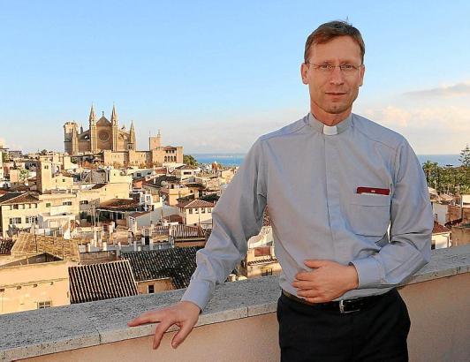 Andreas Falow trat im Dezember sein Amt in Palma an. Vom Dach des Pfarrhauses aus hat einen tollen Blick auf die Kathedrale