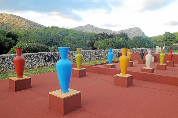 Blickfänger: Die blauen Vasen der Installation fallen besonders ins Auge.