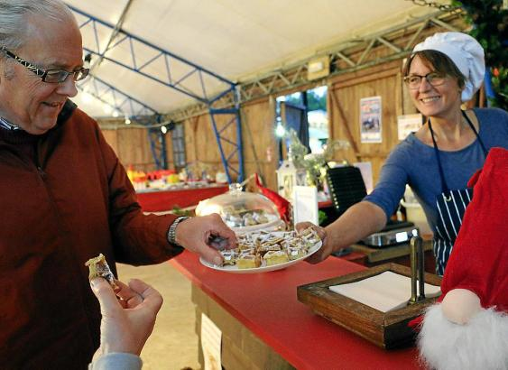 Plätzchen, Deko, Glühwein: Der Weihnachtsmarkt in Son Bugadelles ist überschaubar, bietet jedoch alles, was das vorweihnachtlich
