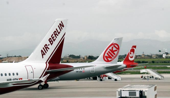Das Archivfoto vom Airport Palma ist symbolträchtig: Es zeigt das alte Air-Berlin-Logo aus der Wachstumsphase (l.) und das aktue