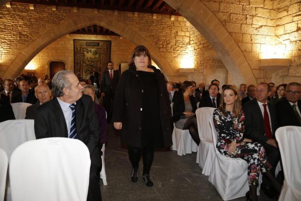 Die Balearen-Regierung will sie offenbar loswerden: Parlamentspräsidentin Xelo Huertas. Hier am Dienstag bei den Feierlichkeiten