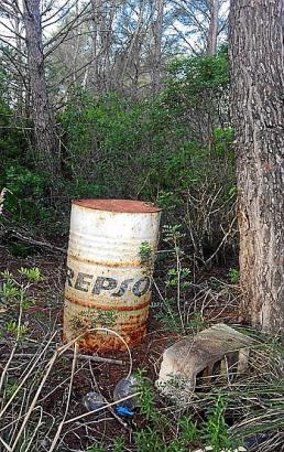 Das Fass im Wald hat bereits Rost angesetzt.
