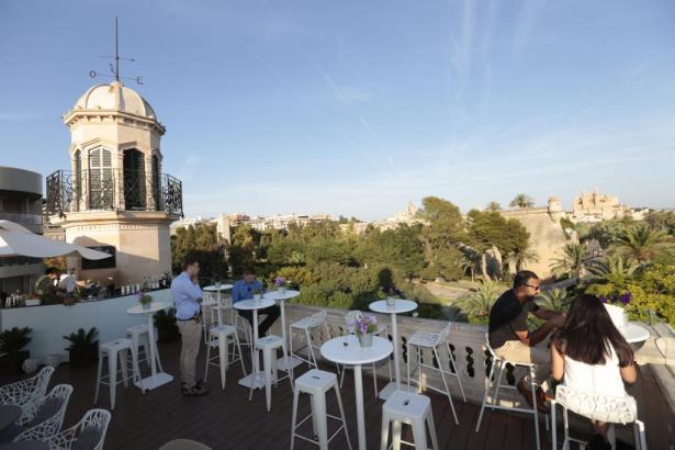 Blick einer Hotel-Dachterrasse in Palma de Mallorca aufs Baluard und die Kathedrale.