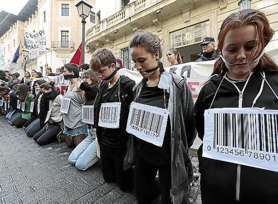 """Schüler und Studenten bei einer Demonstration in Palma gegen das neue Bildungsgesetz """"Lomce""""."""