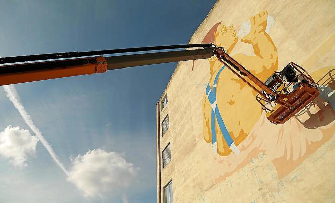 Diese Szene wurde an der Hausfassade des Gebäudes in unmittelbarer Nähe des Zugbahnhofes der Sóller-Bahn in Palma angebracht.