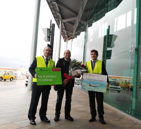 Guillermo Bosch (M.) mit Flughafendirektor José Álvarez (l.) Juan Pizá von Air Nostrum.