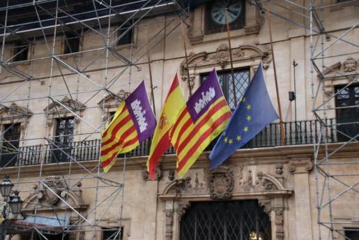 Am Rathaus von Palma de Mallorca wehen die Flaggen am Dienstag auf halbmast.