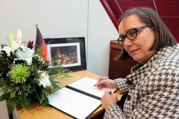 Konsulin Sabine Lammers trug sich am Mittwochmorgen in das Kondulenzbuch ein, das wegen des Attentats in Berlin im Konsulat in P