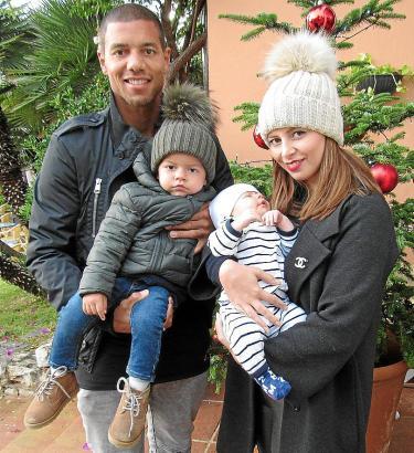 Junges Familienglück: Martina und Marcel Ndjeng mit ihren Söhnen Navin (l.) und Noa Anfang der Woche in Puerto Portals.