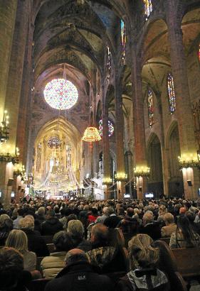 Heiligabend besuchen 5000 deutschsprachigen Residenten die beiden ökumenischen Gottesdienste, die in ihrer Muttersprache gehalte