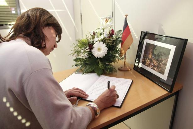 Ministerpräsidentin Armengol hat sich am Donnerstag ins Kondolenzbuch im deutschen Konsulat eingetragen.