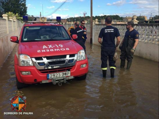 Die Feuerwehr von Palma de Mallorca war auch am 24. Dezember noch schwer im Einsatz, um die Folgen des Unwetters zu beseitigen.