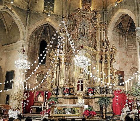 Vor allem in den Kirchen werden Tausende Neules in weißen Girlanden über dem Altar und im gesamten Kirchenschiff aufgehängt.