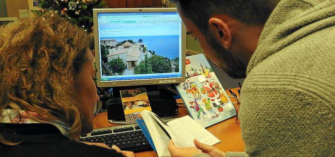 Viele Touristen suchen sich über Internetportale einzelne Zimmer, die vermietet werden, um auf Mallorca Urlaub zu machen.