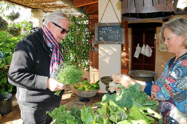 """""""Biologisch, lokal und nett"""": Die Kunden auf der Finca """"Sa Sabata"""" in Port d'Andratx schätzen die Atmosphäre bei Annette Rathe u"""