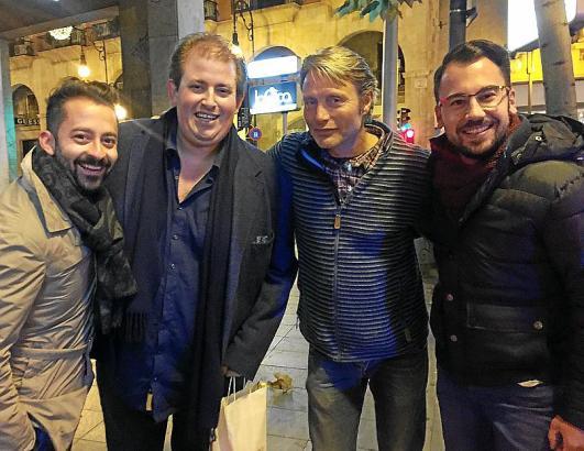 Schauspieler Mads Mikkelsen (2.v.r.) wurde am Silvesterabend von Andreas Wisholzer, Denis Baro und MM-Redakteur Patrick Czelinsk