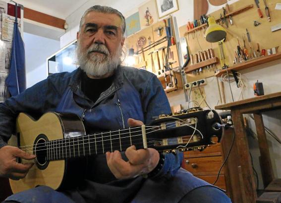 Antonio Morales mit einer seiner Gitarren: Die drei kreisrunden Einkerbungen am Kopf sind das äußerliche Erkennungsmerkmal.