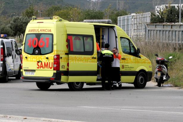 Ein Krankenwagen, der zu einem Verkehrsunfall gerufen wurde