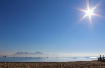 Die Sonne, wie hier über der Bucht von Pollença, könnte Mallorcas Solarenergie-Freunden Gewinne einbringen. Doch Madrid hält dag
