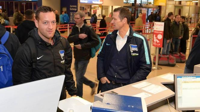 Die Vorfreude auf das Trainingslager auf Mallorca ist den Herthaner schon am Flughafen in Berlin ins Gesicht geschrieben.