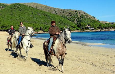 """Glücksmomente für Mensch und Tier: Eduardo Casellas von """"Eddi's Reitstall"""" (rechts) nutzt die Weiten der Cala Agulla bei Cala Ra"""