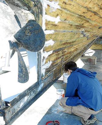 Der Anstrich des Unterbodens wurde komplett entfernt, um den Zustand des Holzrumpfes überprüfen zu können.