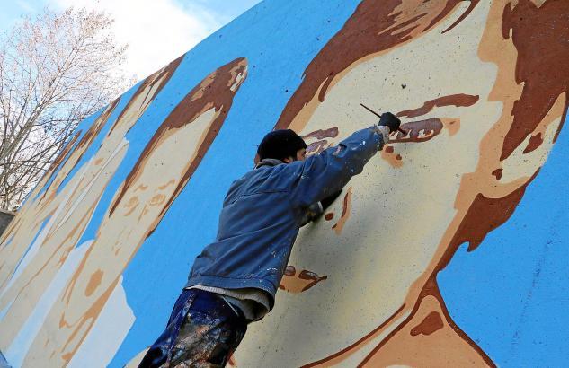 Der Künstler bei der Arbeit: Auf dem Fußballplatz von Alaró malt Joan Aguiló derzeit ein neues Wandgemälde.